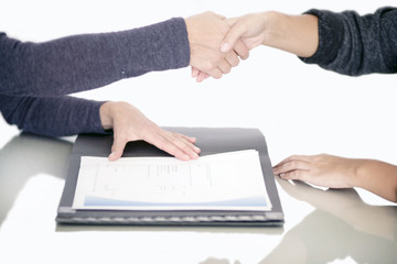 Geschäftsleute schließen einen Vertrag ab