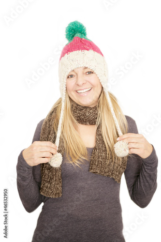 Glückliche Dame trägt eine Mütze