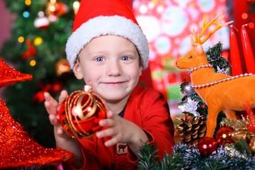 Kind mit Christbaumkugel