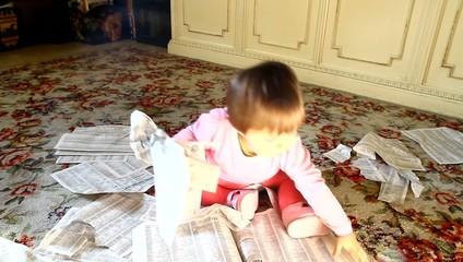 bambina che strappa fogli