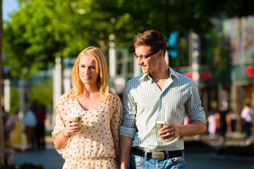 Paar genießt den Kaffee in der Mittagspause oder Pause