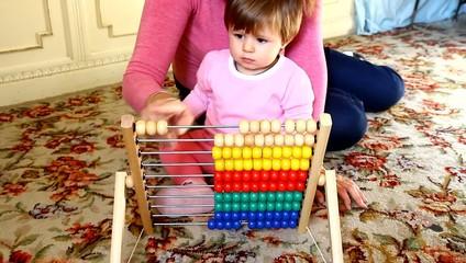 mamma e bambina che giocano con l'abaco