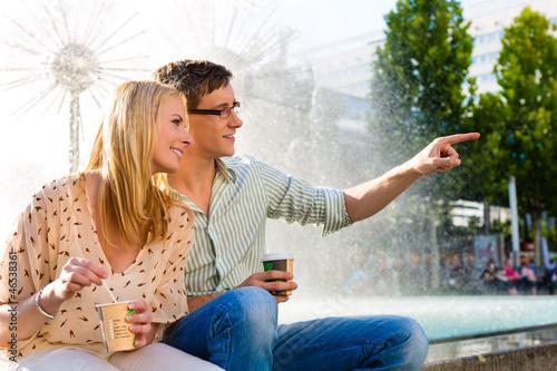 Paar genießt Kaffee aus einem Becher in Pause