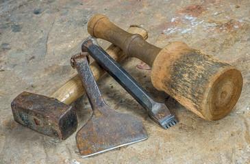 Steinmetzwerkzeug auf einer Sandsteinplatte
