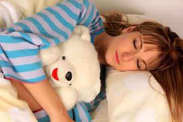 Mujer rubia, sueño, oso de peuche