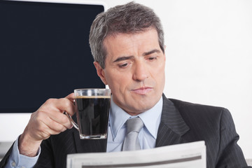 Geschäftsmann liest Tageszeitung