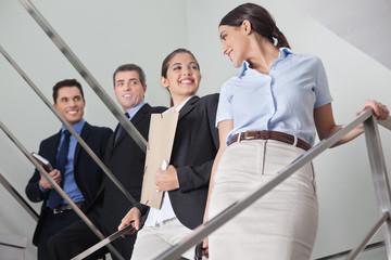 Geschäftsmanner schauen zwei Frauen hinterher