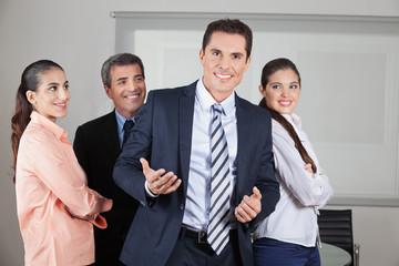 Chef mit Mitarbeitern im Büro