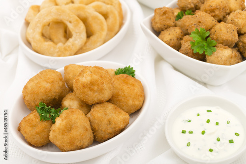 Breaded mushrooms, popcorn chicken & onion rings with dip