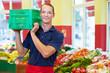 Supermarkt-Mitarbeiter trägt Kiste