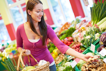Frau kauft im Bioladen ein