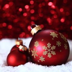 rote Weihnachtskugeln vor rotem HG