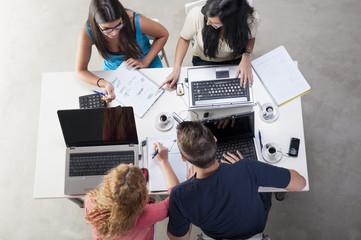 Estudiantes trabajando