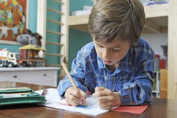 Schulkind macht seine Hausaufgaben