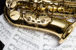 Saxophon mit Notenblätter - 46558791