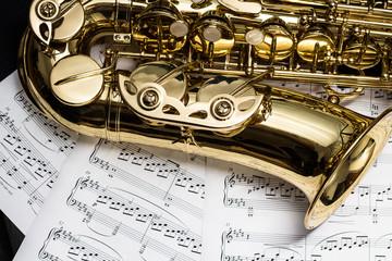 Saxophon mit Notenblätter