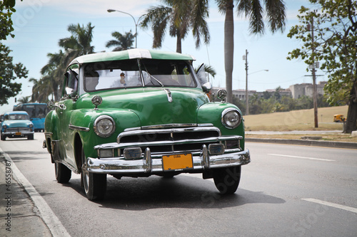 In de dag Cubaanse oldtimers Classic green Plymouth in new Havana