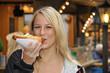 Junge Frau isst Bratwurst