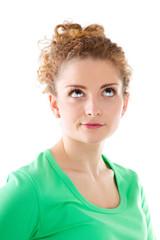 Schielendes junges Mädchen in Grün und isoliert