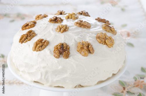 Coffee and walnut cake with whipped cream and caramelized walnut