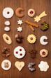 Einige Plätzchen auf einem Hintergrund aus Holz