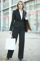 Ältere Dame beim Shoppen