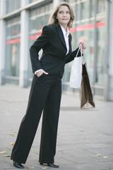 Elegante Dame beim Stadtbummel