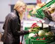 Junge Mutter kauft Lebensmittel