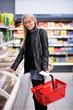 Glückliche Hausfrau beim Einkaufen