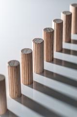 In einer Reihe aufgestellte Holzdübel