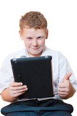 Мальчик держит в руках планшетный компьютер