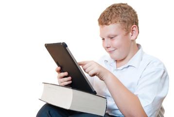 Мальчик с книгой и планшетным компьютером