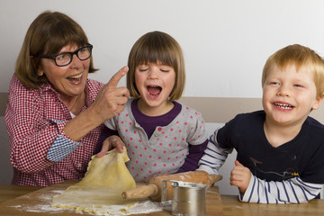 Oma und Enkelkinder backen