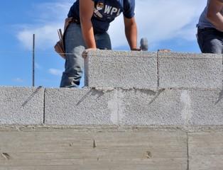 Muratore esegue muro