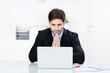 geschäftsmann schaut besorgt auf laptop