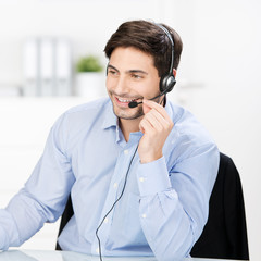 lächelnder kundenbetreuer