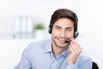 lächelnder berater am telefon