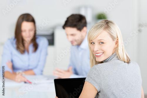lächelnde geschäftsfrau arbeitet im team