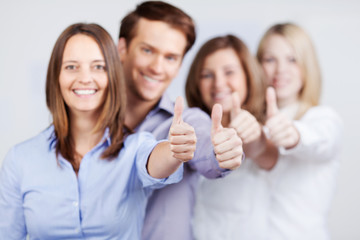 motiviertes team zeigt daumen hoch