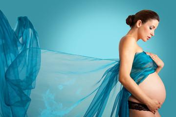 schwangere frau mit tuch