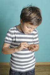 Junge zählt sein Kleingeld