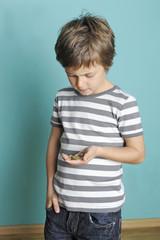 Kind zählt sein Kleingeld