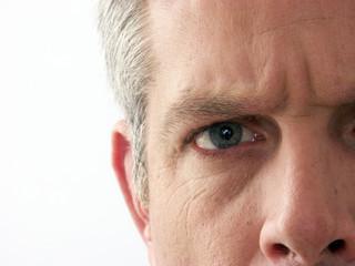 Detalle del rostro de un hombre adulto.