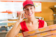 Lieferservice - Frau mit Pizzaschachteln