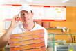 Lieferservice - Mann mit Pizzaschachteln