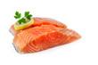 pavés de saumon cru isolé sur fond blanc