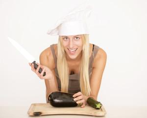 Junge Frau schneidet Gemüse