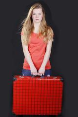 Weiblicher Teenager mit großem Koffer