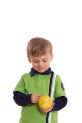 kleiner Junge mit einem Apfel in der Hand