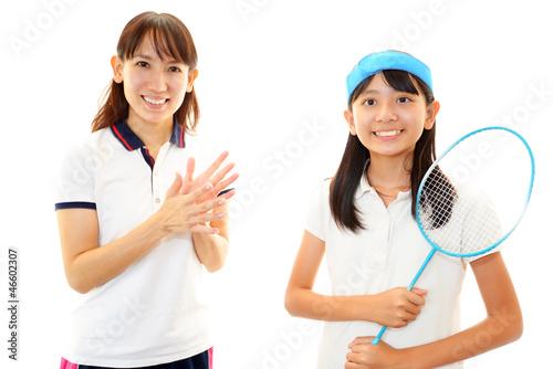 笑顔の女の子とコーチ(バトミントン)